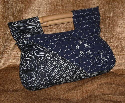 Сшилась у меня такая вот текстильная мягкая сумочка, украшенная традиционной японской вышивкой сашико, дополнит Ваш образ и позволит удобно разместить все…