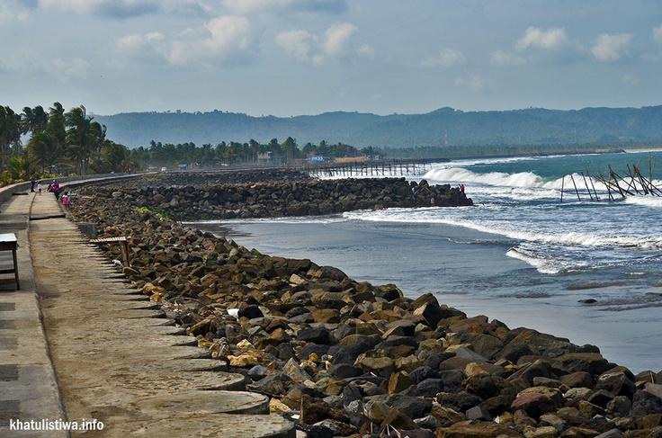 betapa kegiatan #wisata #pangandaran telah memberikan rejeki kpd masyarakat setempat. disepanjang tepian pantai berjajar pedagang dgn berbagai ragam produk dan jasa
