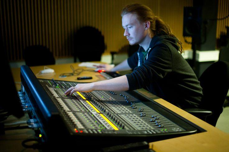 Äänityön opiskelijoista valmistuu äänittäjiä, äänitekniikan osaajia, äänieditoijia niin elokuvan kuin radion ja televisionkin työtehtäviin.