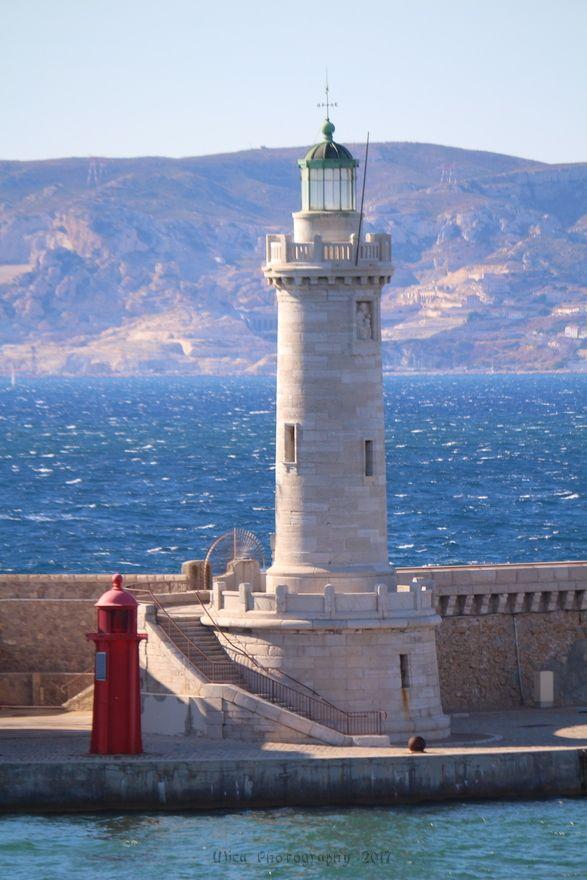 Il faro in pietra all'entrata del vecchio porto di Marsiglia...