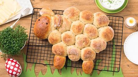 Rezept für Osterlamm aus Kartoffelbrötchen. So fluffig und lange frisch: Osterlamm aus Kartoffelbrötchen - entdecke ein einfaches Rezept.