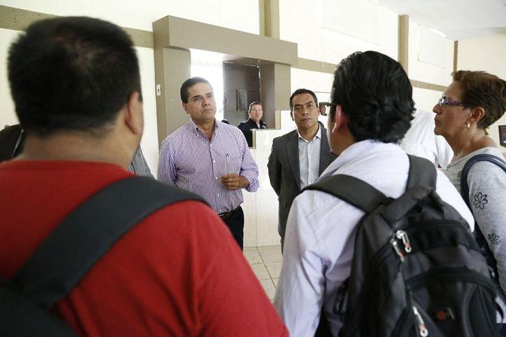 Acompañado del secretario de Gobierno, Adrián López, el gobernador de Michoacán escuchó con atención la postura de los representantes del magisterio de los municipios de Cotija, Tocumbo, Peribán, Tingüindín y ...