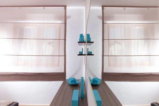 La specchiera con una struttura a forte spessore realizzata in listellare massello laccato opaco satinato bianco è stata posizionata sopra il comò usando degli agganci a scomparsa. Di fianco, sempre su misura, è stato creato un panello con uno schienale della stessa rifinitura della specchiera sul quale sono stata collocate due mensole finitura laccato bianco satinato cacao. #Semprelegno #tailored #design #furniture #bedrooom #bedroomfurniture #custommade #interiors