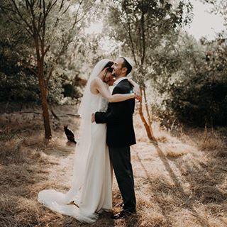 On ADORE ! Cette lumière, ces amoureux, leurs sourires et ce chat qui lui aussi voulait son heure de gloire ! .  @beatrice_thequirky . . . Et n'oubliez pas de tagguer vos images #sinspirersemarier pour partager vos publications avec nous ! . . . #decomariage #mariageboheme #mariagenature #mariagekinfolk #mariee #blogmariage #decomariageboheme #inspirationmariage #lamarieeauxpiedsnus #LMAPN #wedding #weddingblog #kinfolkwedding #robesdemariee #simplewedding #naturewedding #wildwedding…