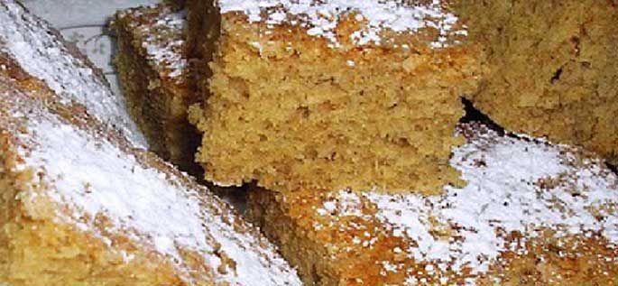 Variante de la estupenda coca boba típica de Alicante, con almendras, un resultado espectacular.