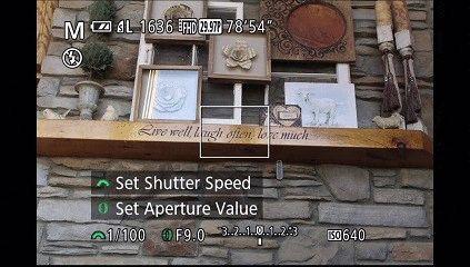 En mode manuel, vous pouvez modifier la vitesse d'obturation et la valeur d'ouverture. Changez l'ouverture en faisant tourner la bague autour du boîtier de l'objectif et un petit graphique apparaîtra dans la partie inférieure de l'écran lorsque vous tournez l'anneau de l'objectif.  Vous pouvez faire de même lors de la prise de vue en mode Priorité à l'ouverture.