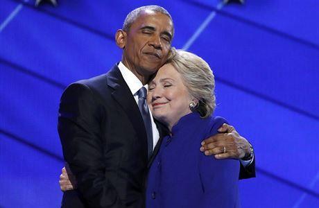 DEMOKRATICKÉ OBJETÍ. BARACK OBAMA A HILLARY CLINTONOVÁ NA NOMINAČNÍM SJEZDU VE... | FOTO: REUTERS FILADELFIE Demokraté po osmi letech opět psali historii. Po nominaci prvního Afroameričana v úterý poslali do boje o Bílý dům první ženu. Pokud Hillary Clintonová v listopadu vyhraje, stane se 45 .prezidentem v dějinách USA. Faktem však je, že musí zapracovat na své špatné pověsti, píše z Filadelfie zvláštní zpravodaj LN Eduard Freisler.