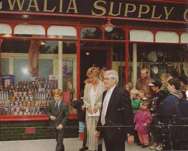 Le 27 octobre 1993 - Diana , William & Harry pour une visite p...