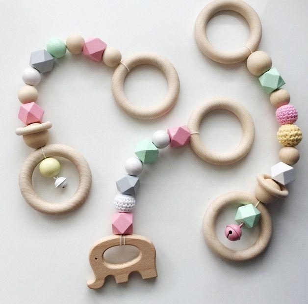 Die fröhlichen bunten babygym Anhänger bestehen aus Holz und Häkelperlen, einige der Perlen sind von Hand bemalt mit speichelfester Farbe die natürlich für Babys unbedenklich ist. Das set besteht...