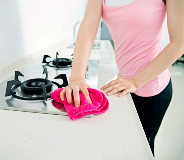Come pulire i fornelli in modo rapido e senza lasciare aloni? Ecco 5 consigli per ottenere un piano cottura splendente e igienizzato!