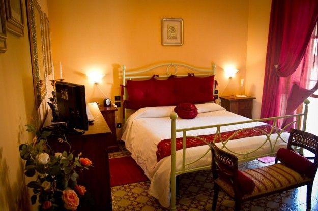 Camera nelle nuances del rosso - Tende rosse per arredare una camera da letto romantica.