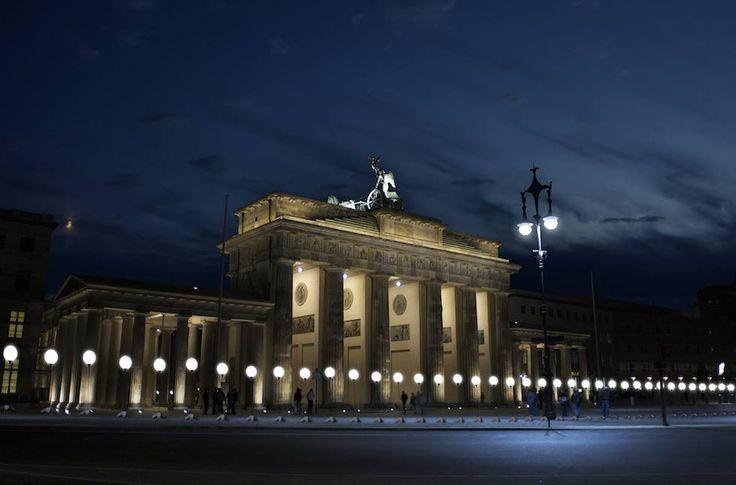 Dal 7 a 9 novembre il Muro di Berlino sarà ricreato interamente con alcuni palloncini bianchi illuminati, per il 25esimo anniversario della sua caduta (15,3 chilometri di palloncini, notevole)