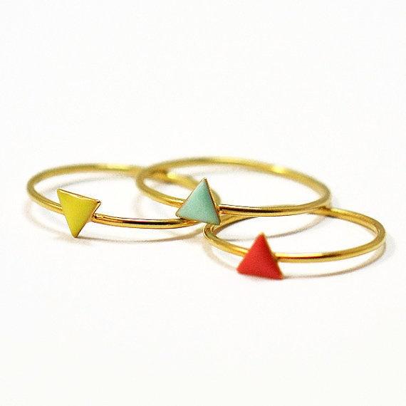 Anelli in oro con triangoli colorati