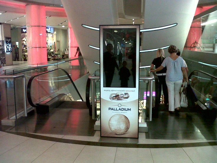 Palladium alışveriş merkezinde bilgilendirme videoların yayınlanması için kullanılan dokunmatik bilgi ve reklam panosu çözümü Kiosk İnnova tarafından sağlanıyor.