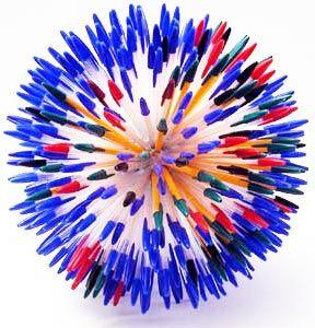 """Las plumas Bic son objetos muy comunes. Son una herramienta utilizada todos los días y en todo momento, las encontramos en la escuela, en el trabajo y casi cualquier otro sitio. Por lo tanto, lejos de tener diferentes colores y diseños, son consideradas como un """"básico"""", que ya no llama la atención.  Se podría …"""