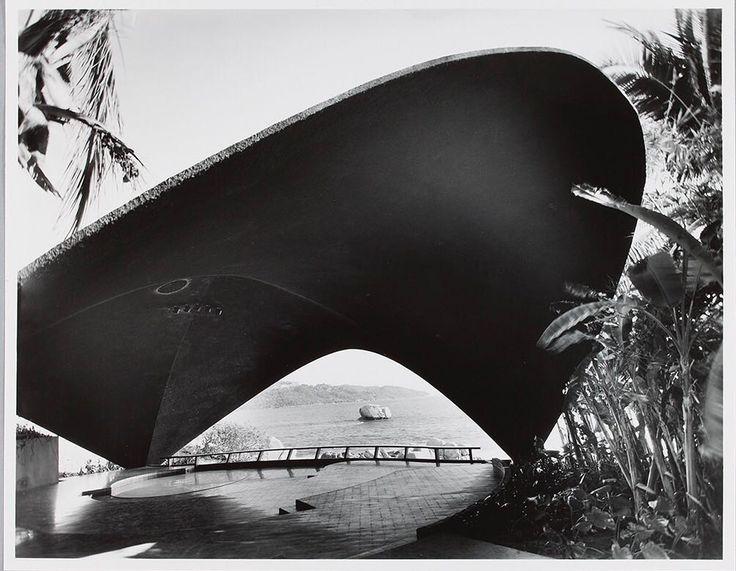 """1958 - En el Presidente Acapulco, el Club Nocturno """"La Jacaranda"""" de Felix Candela   #JuevesDeArchivo #TBT #Jacaranda #Acapulco #Modernism #Collaboration #Architecture #SordoMadaleno"""