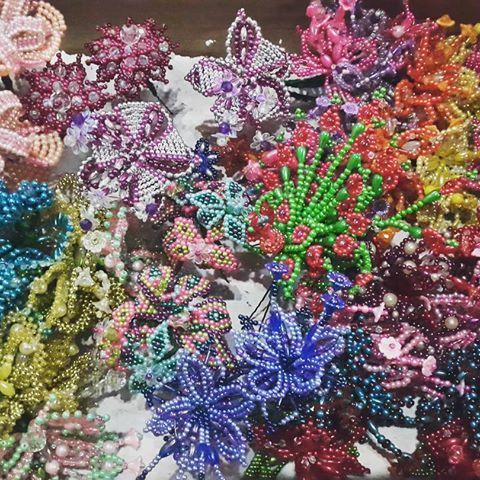 Cabeza de tembleques de colores confeccionados en La Arena de Chitre, perfectos para usar con pollera blanca o montuna santeña. #PanamaArtesanal #Panama #Artesanias #Artesanal #Tembleques #Folklore #Pollera