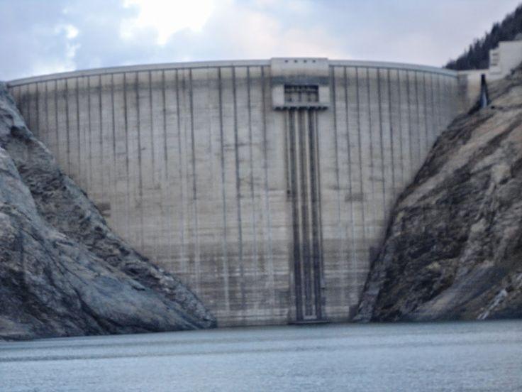 Glisse avec plaisir: Histoire du vieux village de Tignes englouti sous les eaux (article réactualisé le 7 janvier 2015) - Histoire de la construction du barrage de Tignes - Lutte désespérée des Tignards - Vestiges de la construction du barrage de Tignes.