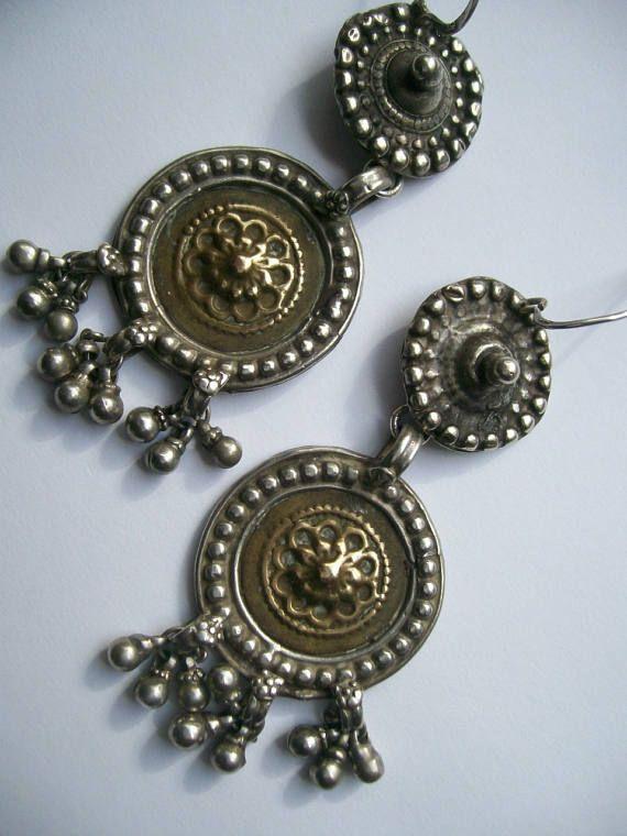 Prachtige antieke oorbellen van zilver 800/1000 Deze oorbellen zijn afkomstig uit India Rajasthan. De oorbellen zijn deels verguld.  De onderdelen van de oorbellen zijn hoogstwaarschijnlijk eerst onderdelen van antieke (hoofd)sieraden geweest, die later tot oorbellen gemaakt zijn.  Gewicht oorbellen is 28gram (samen), 14 gram per stuk De oorhaken zijn van sterling zilver (gemerkt 925) en vintage, niet antiek, en zijn waarschijnlijk op een later moment aan de oorbellen bevestigd.
