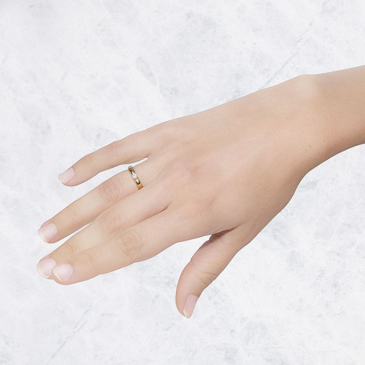 Anillo de compromiso en oro amarillo de 18 quilates. Es un anillo solitario con un diamante brillante 0.10ct.