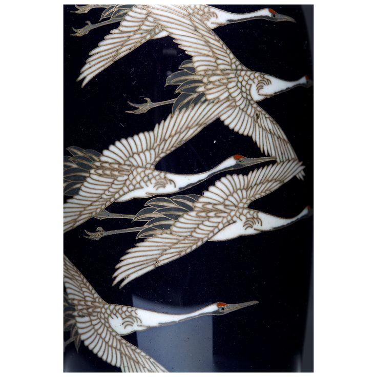 Para wazoników z dekoracją żurawi w locie na granatowym tle, Muzeum Sztuki i Techniki Japońskiej Manggha