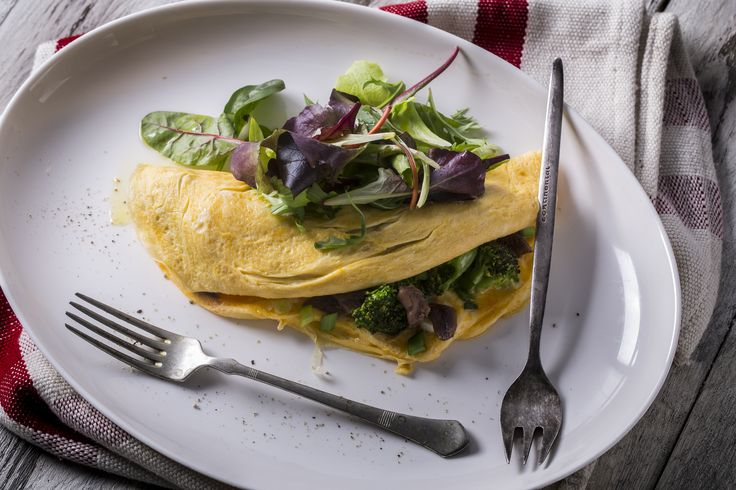 Brokkolis-szardellás omlett - leveles salátákkal | Korábbi omlettünk osztatlan sikert aratott, ezért arra gondoltunk, újítunk kicsit, ezúttal másfajta ízvilággal dobjuk fel mindenki kedvencét. A kalóriákat is szem előtt tartva alkottuk meg ezt a páratlan finomságot, melyben a szardella markáns íze és a brokkoli frissessége valami olyan egyveleget alkot, melyet máskor is érezni szeretnénk. Van egy tippünk: a főzés után ezt a receptkártyát is tartsd meg, hiszen még szükséged lehet rá.