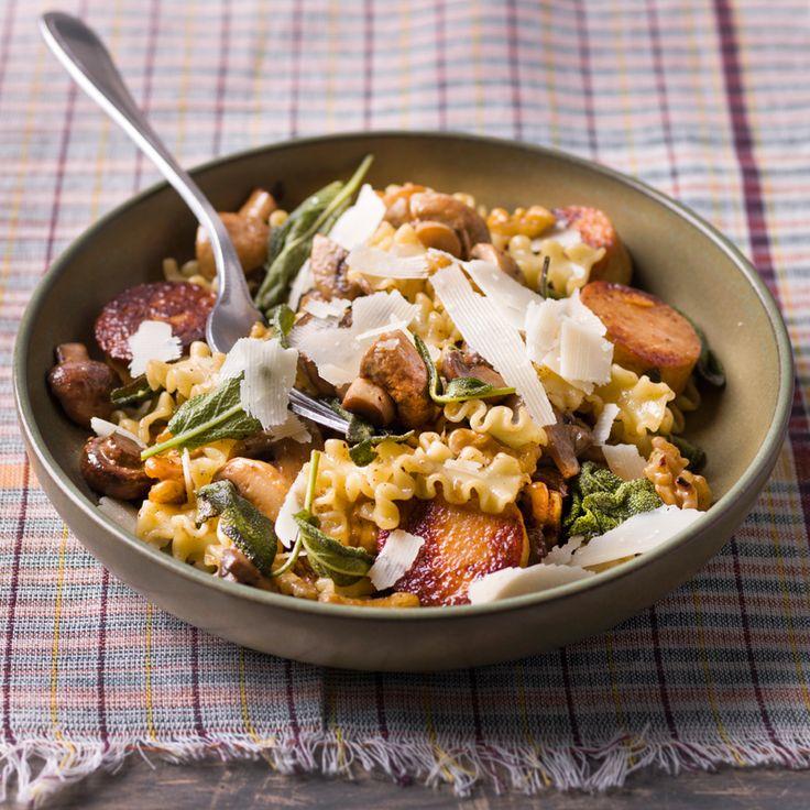 1. Kook de pasta al dente en hou warm. Versnipper de sjalot en look en stoof in een el olijfolie aan. Meng er de fijngehakte walnoten door. 2. Snij de kippenworst in schijfjes van 2 cm en bak kort aan in een beetje boter. 3. Snij de champignons in vier. Stoof de champignons mee.