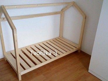 Dřevěná postýlka domeček
