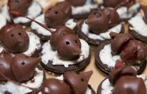 Chocolate mice? Mice? No, this is not real mice. But it's a very cute dessert that kids and adults will love. Here are 14 steps. Follow me step by step.