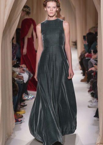 Серое бархатное платье в стиле минимализм