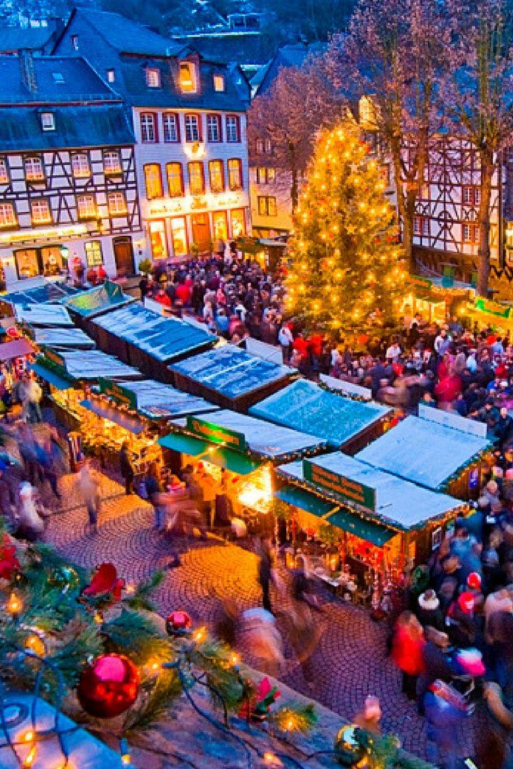 Ein Ausflug auf den Weihnachtsmarkt in Monschau in der Eifel ist ein absolutes Muss: Eingebettet in die romantische Altsadt scheint er einem Weihnachtsmärchen entsprungen. © Tourismus NRW e.V.