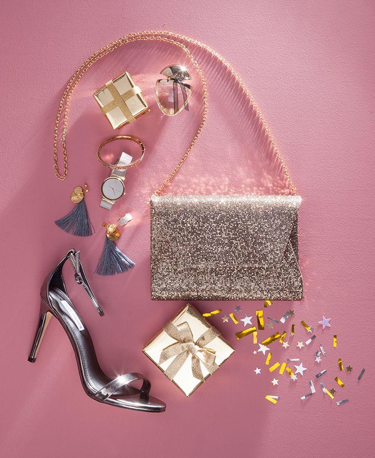 All I want for christmas... is stralend en goudkleurig? #gift #pumps #clutch #cadeau #oorbellen #horloge #armband #sieraden #parfum #glitter #goud