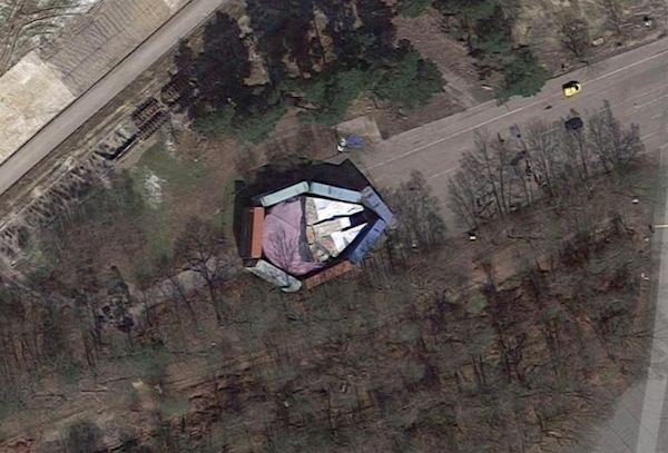 A Millennium Falcon da saga Star Wars em um estúdio próximo a Londres (Foto: Google Maps)