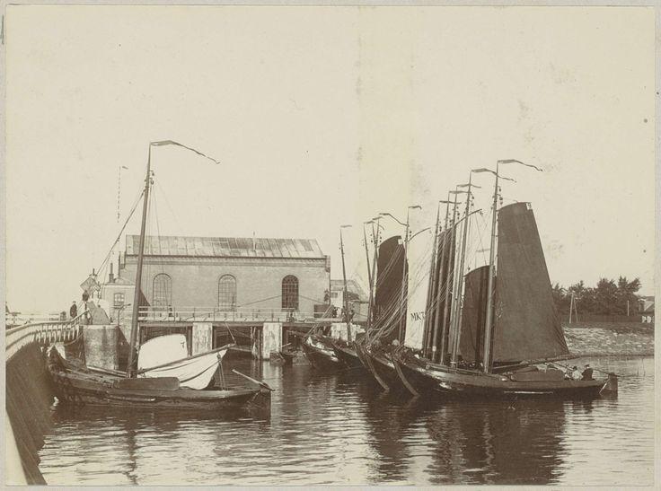 Aangemeerde zeilschepen bij de Oranjesluizen in Amsterdam, Anonymous, c. 1900 - c. 1910