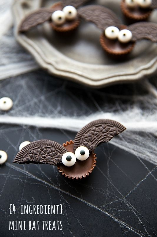 Easy 4-ingredient bat Oreo treats for Halloween! Recipe via Chelsea's Messy Apron