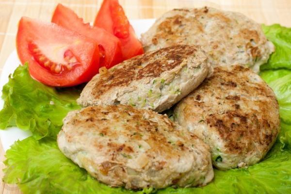 Жареные курино-овощные котлеты -   Ингредиенты:      фарш куриный 650 г     кабачок 500 г     батон 2 куска     лук репчатый 1 головка     чеснок 1 зубчик     перец черный молотый     сухари панировочные     молоко     соль