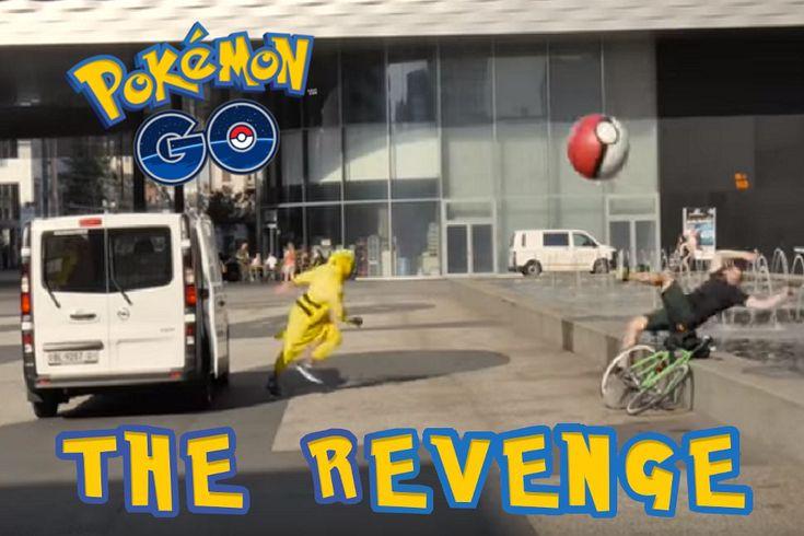 #PokemonGoRevenge ...il video! Volete vedere il video dei Pokemon in scala 1:1? Gli attori travestiti come i personaggi della serie di Pikachu ed armati di giganti Pokeballs gonfiabili e una fionda, colpiscono proprio come se fossero all'interno del gioco le persone che passeggiano assorbite nei loro telefoni, probabilmente intente nella cattura dei piccoli animaletti. Leggi tutto e vedi il video/scherzo integrale!