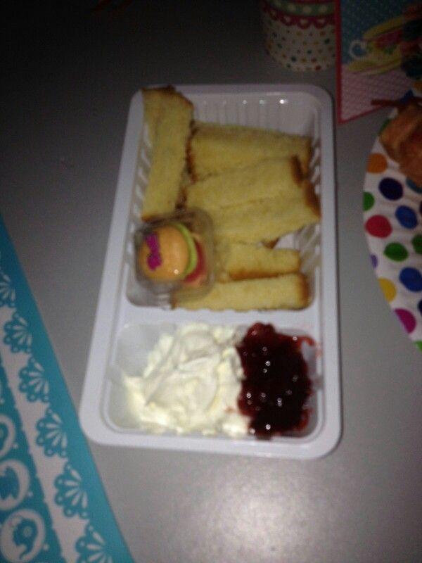 Patat van cake met slagroom en jam