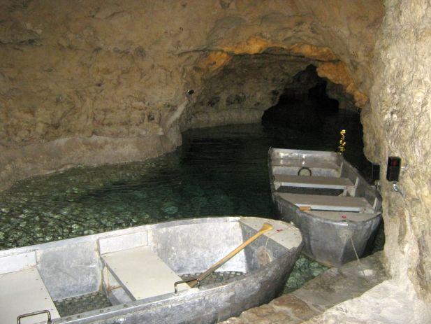 Evezés a város alatt – úszógumi nélkül a tapolcai Tavasbarlangban