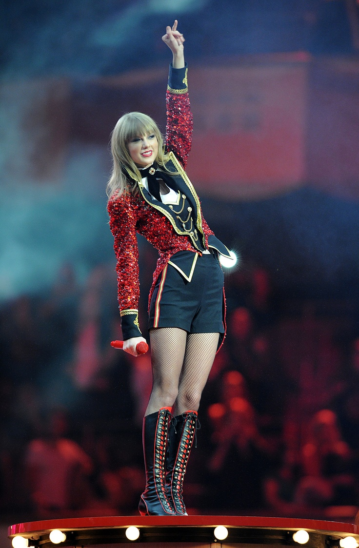#TaylorSwift at the EMAs