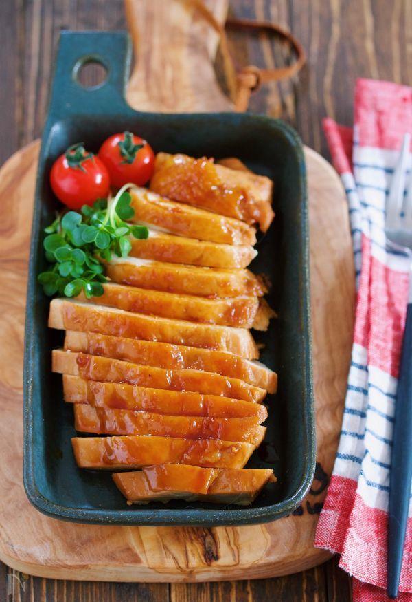 鶏むね肉を使った 包丁いらずでできるがっつりメイン♪ 作り方は、めちゃめちゃ簡単!! お鍋に煮汁と鶏むね肉を入れたら あとはコトコト煮込むだけ。 ちょっと調理時間は長めですが ほとんどが放置でOKなのでとってもラク♪ にんにくのきいた甘辛味で ご飯にもお酒にもぴったりですよ( ´艸`) ★いつもありがとうございます♪