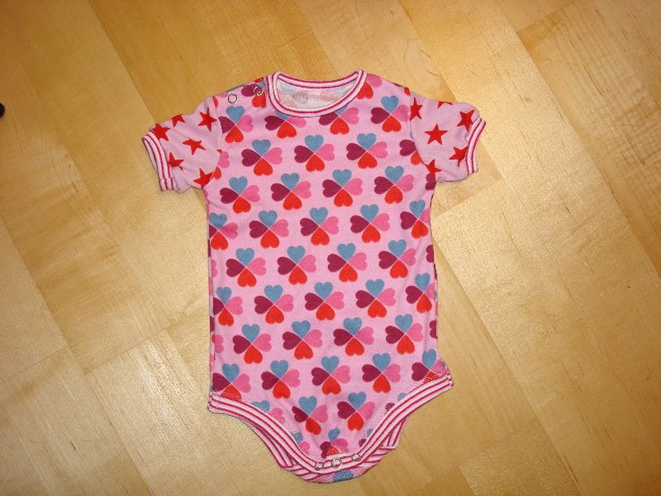 Bei Baby-Bodies hat man die Wahl: Entweder sind sie total billig und nach 3 Wäschen ausgeleiert oder wahnsinnig teuer. Im Design aber meiste...