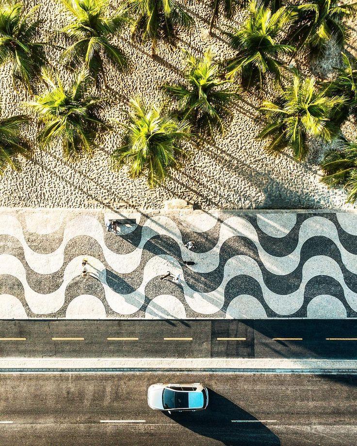 A praia de Copacabana uma das praias mais conhecidas do mundo é o cenário…