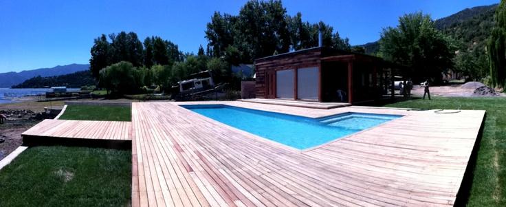 Proyecto Aculeo. Quincho estructurado con Roble y ventanales revestido con durmientes. Al exterior piscina con deck de madera nativa. Arquitecto: Maria Jose Bisbal