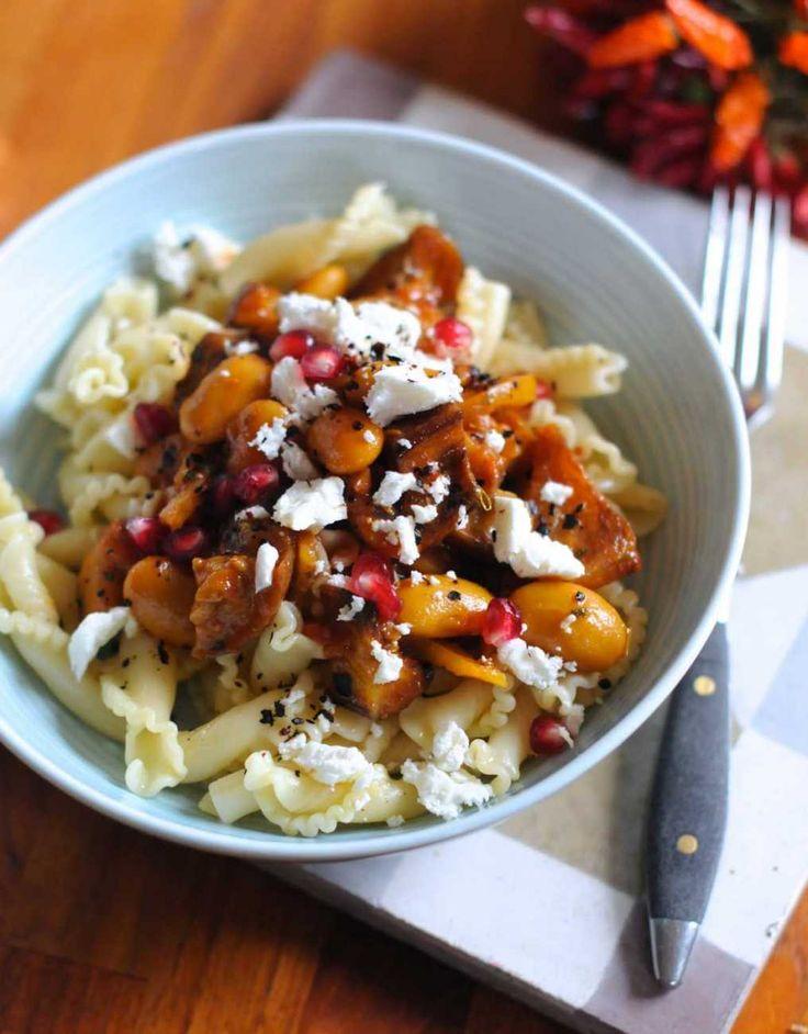 , Om du som jag näsan alltid har rostade grönsaker i kylen är det här en lämplig slutstation för dem. Morötter, pumpa, blomkål eller rödkål smakar särskilt bra. Men det räcker med en sort, annars blir smakerna för stökiga. Stekt Quorn, Oumph eller stekost som saganaki smakar utmärkt i grytan om du vill ha den mer proteinrik.Veganskt?Skippa fetan men servera med nötter eller frön.Mindre kolhydrater? Servera med ångad blomkål eller broccoli i stället för pasta. Öka mängden ost och…