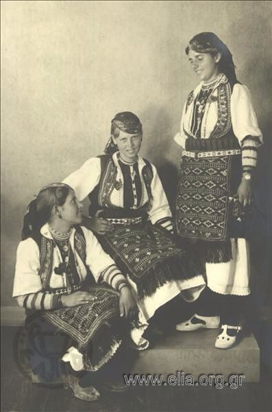 Εορτασμοί της 4ης Αυγούστου: γυναίκες με παραδοσιακές ενδυμασίες της Φλώρινας 1937. Nelly's (Σεραϊδάρη Έλλη)