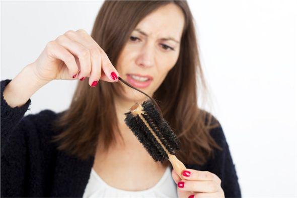 Menopozdaki kadınların yaklaşık üçte ikisinde saç dökülmesi görülür, bazen yalnızca saçlarda incelme olur.