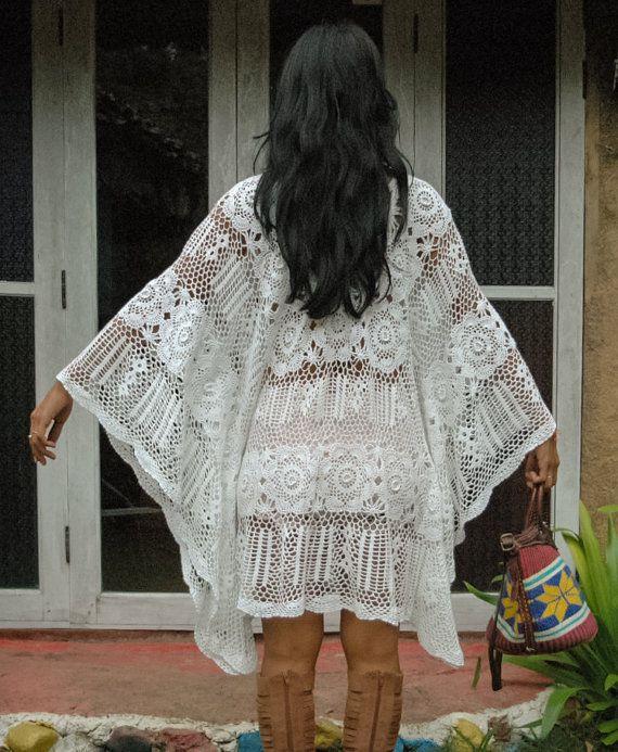 Prachtige Boho wit gehaakt vrouw jurk/vrouw Kaftan Bloem patroon ontwerpen Hand gehaakte Slechts één op voorraad!  Maten: Bust: 56 rond (142.24 CM) Hip: 56 rond Lengte: 33.5  Zorg: Hand of machinewas