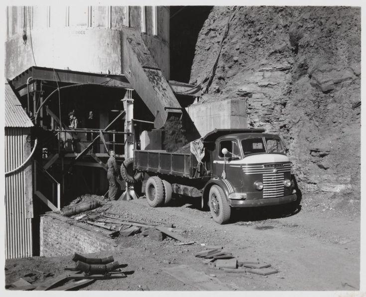 816B/TB/2676: Transport of asbestos ore, Wittenoom asbestos mine, July 1958 http://encore.slwa.wa.gov.au/iii/encore/record/C__Rb1886868?lang=eng