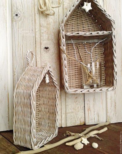 Купить или заказать Полка-домик плетеная (2 шт.) в интернет-магазине на Ярмарке Мастеров. Полочки плетеные в форме домиков сплетены из бумаги, легкие и прочные, жестко держат форму, водостойкие, бежево-серо-белого оттенка. Подвешиваются за петельку на макушке или стоят на столе. Украшены подвесками-звездочками из полимерной глины. На заказ можно сделать любого цвета, пишите;) По желанию можно декорировать кружевом и тканью. Милые полки-домики нужны везде - и в детской и в кабинете…